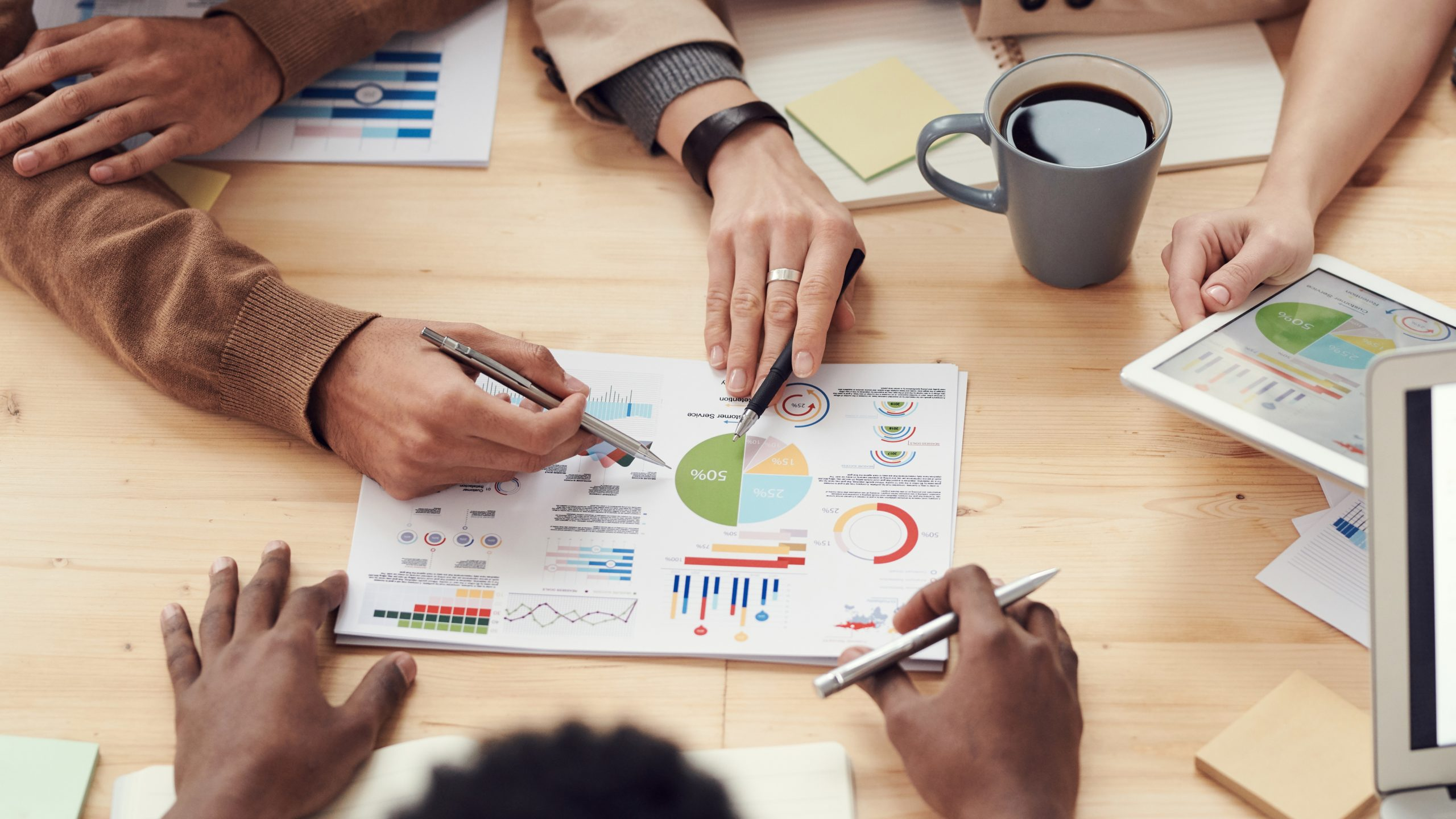 Misión, visión y valores: Reunidos mirando un gráfico